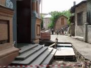 Укладка плитки во дворе храма
