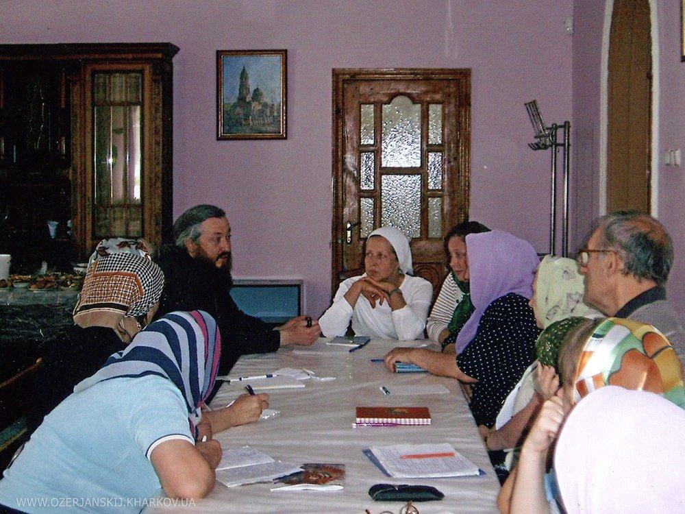 Архимандрит Никодим посещает занятия в воскресной школе для взрослых