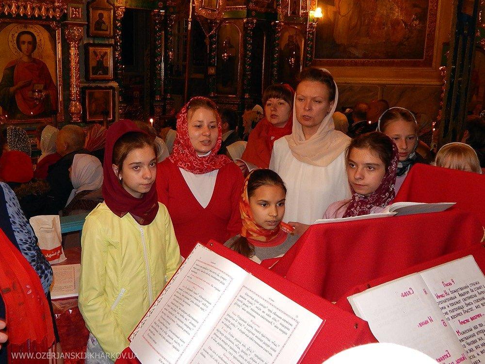 Воспитанницы школы поют в малом хоре на пасхальном богослужении (Пасха 2016 г.)