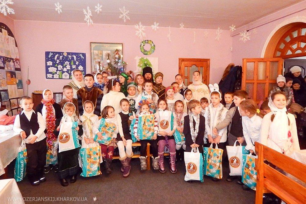Воспитанники детской воскресной школы с настоятелем архимандритом Никодимом (Рождество 2017 г.)