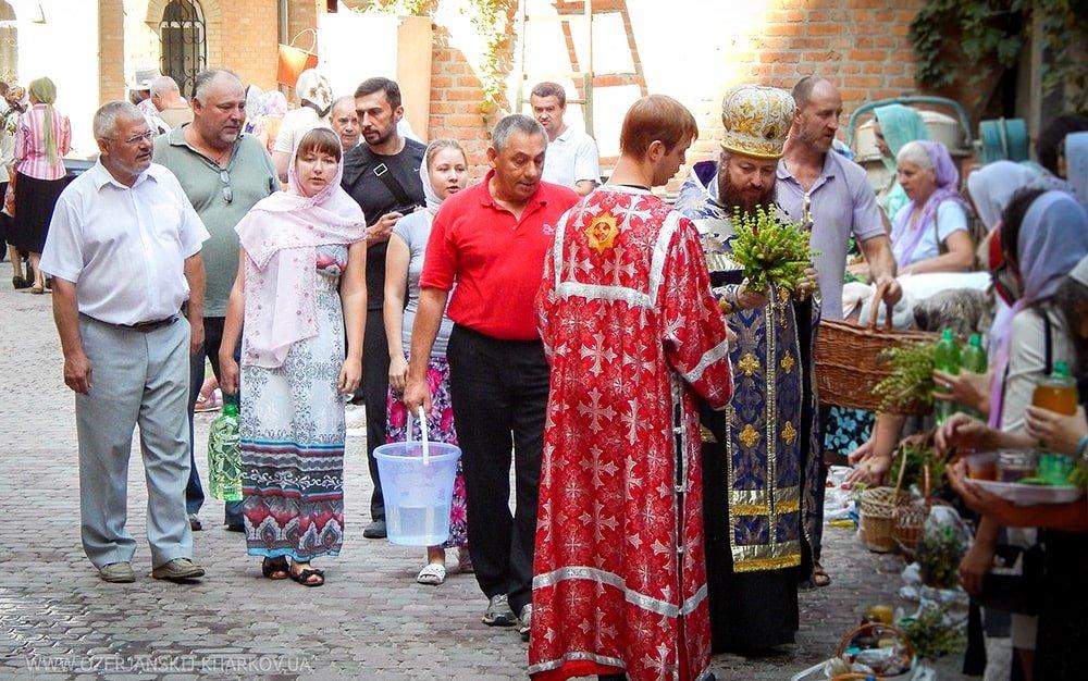 Певчие нижнего клироса исполняют праздничные песнопения во время освящения плодов настоятелем архимандритом Никодимом
